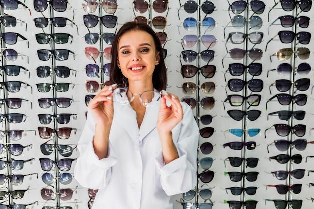 Vue frontale, de, opticien, tenir lunettes, monture