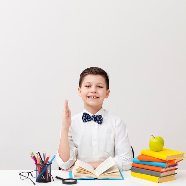 Vue frontale, petit garçon, bureau, lecture