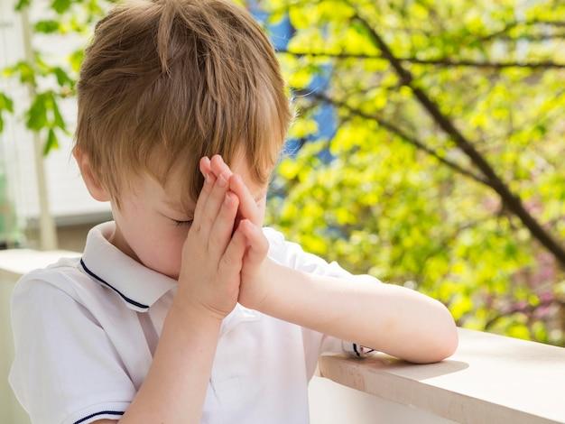 Vue frontale, de, petit garçon, prier