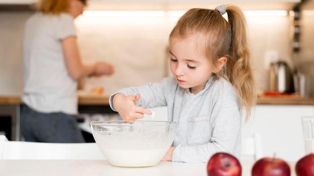 Vue frontale, de, petite fille, cuisine, chez soi