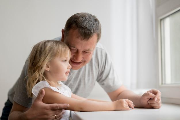 Vue frontale, de, petite-fille, et, grand-père