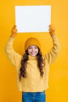 Vue frontale, petite fille, tenue, feuille papier