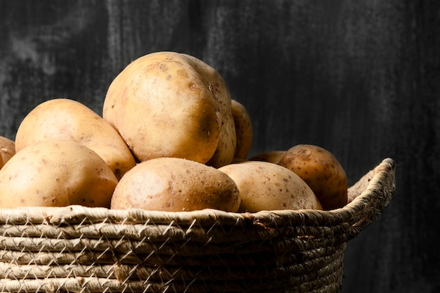 Vue frontale, de, pommes terre, dans, panier