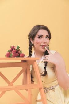 Vue frontale, de, séduisant, femme, poser, à, fraises