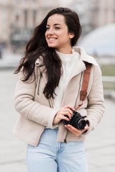 Vue frontale, de, smiley, femme, photographe