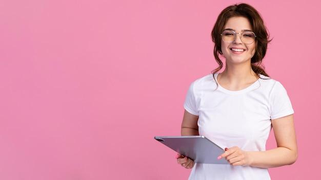 Vue frontale, de, smiley, tenue femme, a, tablette