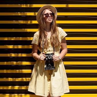 Vue frontale, tenue femme, appareil photo