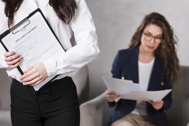 Vue frontale, de, tenue femme, contrat, et, autre, lecture papiers
