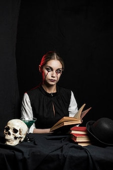 Vue frontale, de, tenue femme, livre