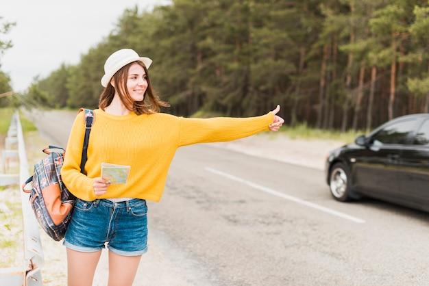 Vue frontale, de, voyageur solo, auto-stop