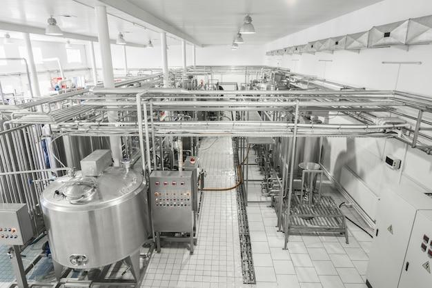 Vue générale de l'intérieur d'une laiterie. équipement à l'usine laitière