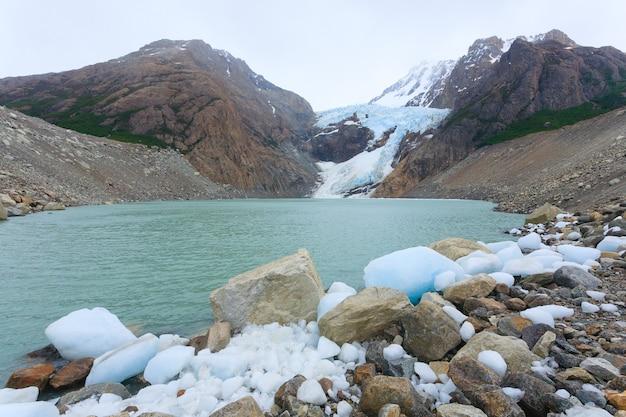 Vue sur le glacier piedras blancas, parc national los glaciares. el chaltén, patagonie