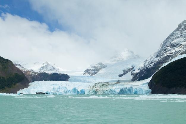 Vue sur le glacier spegazzini depuis le lac argentino, paysage de patagonie, argentine. lac argentin