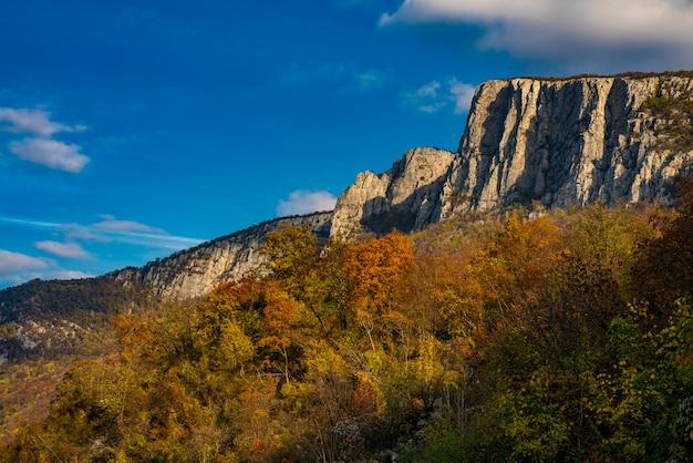 Vue sur les gorges du danube à djerdap à la frontière serbo-roumaine