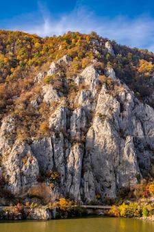 Vue sur les gorges du danube à djerdap en serbie