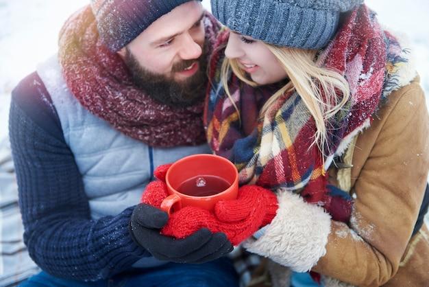 Vue grand angle au couple avec du thé chaud