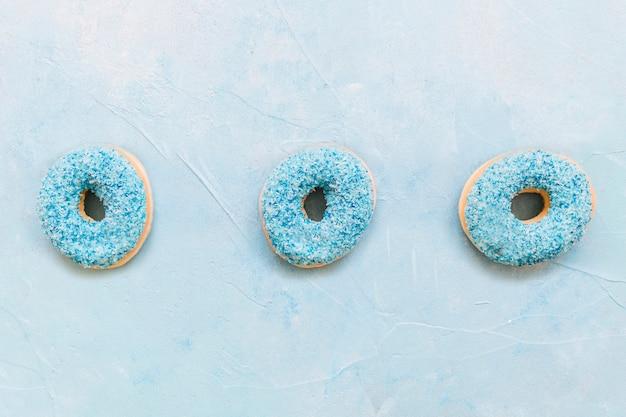 Vue grand angle de beignets sur fond bleu