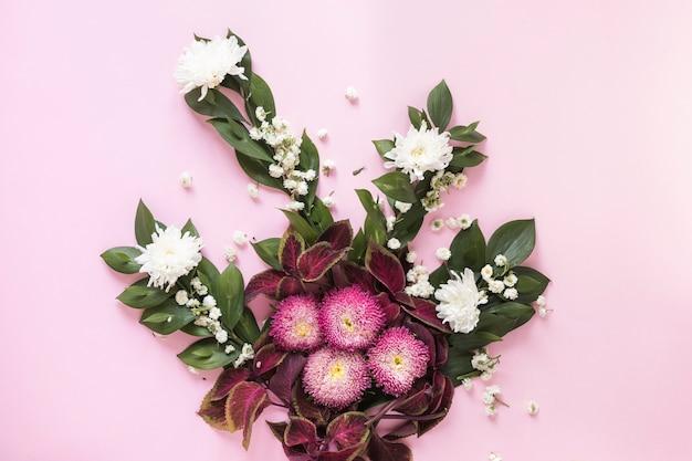 Vue grand angle de belles fleurs sur fond rose