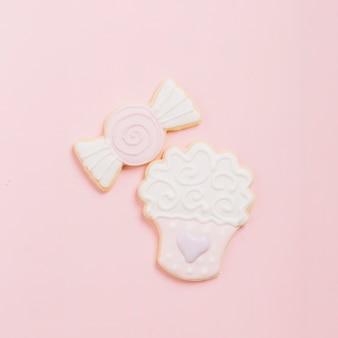 Vue grand angle de biscuits de dessert sur fond rose