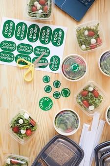 Vue grand angle de boîtes avec des légumes frais sur une table en bois préparée pour la livraison