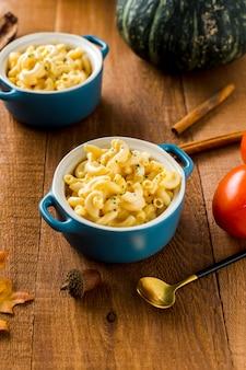 Vue grand angle de bols de macaronis avec la récolte d'automne