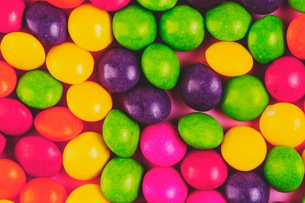 Vue grand angle de bonbons sucrés multicolores