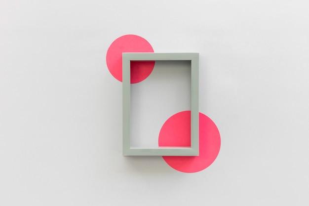 Vue grand angle de bordure de cadre photo avec du papier de forme circulaire sur fond blanc