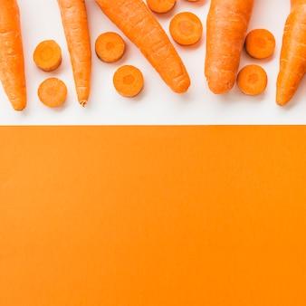 Vue grand angle de carottes fraîches sur double fond