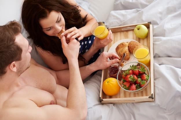 Vue grand angle sur couple avec petit-déjeuner