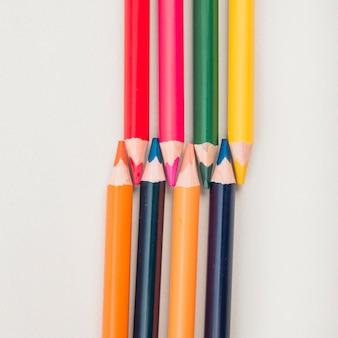 Vue grand angle de crayons de couleur sur fond blanc