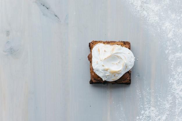 Vue grand angle de la délicieuse pâtisserie à la crème fouettée