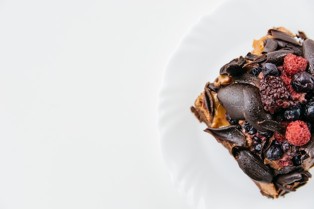 Vue grand angle de la délicieuse pâtisserie sur plaque sur fond blanc