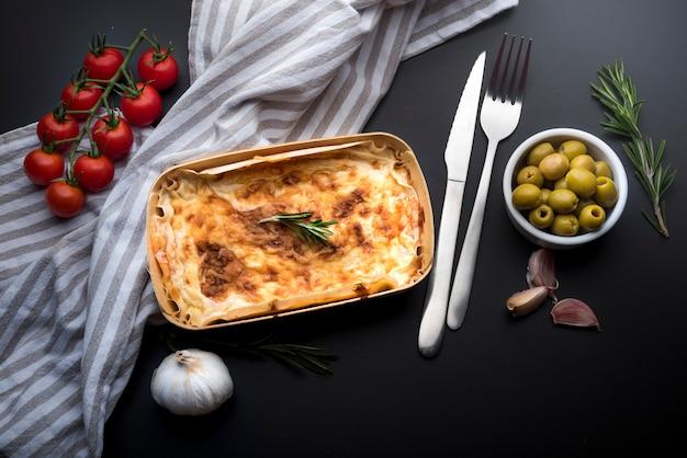 Vue grand angle de délicieuses lasagnes et ingrédients