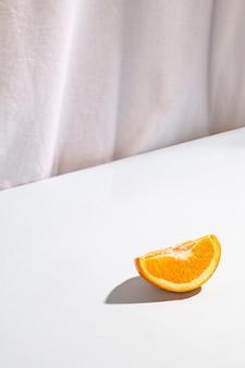 Vue grand angle de deux tranches d'oranges