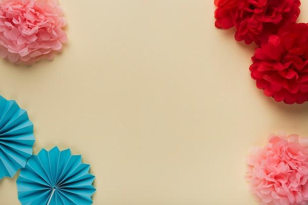 Vue grand angle de différents motifs de fleurs en papier