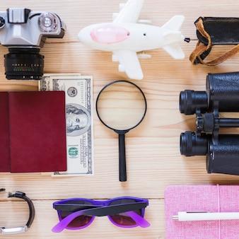 Vue grand angle de divers accessoires de voyageur sur fond en bois