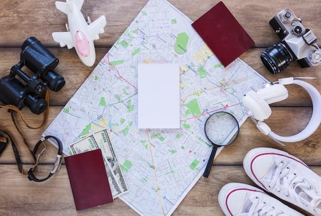 Vue grand angle de divers accessoires de voyageur sur une surface en bois