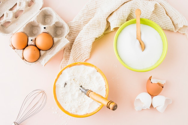 Vue grand angle de divers ingrédients de cuisson sur fond coloré