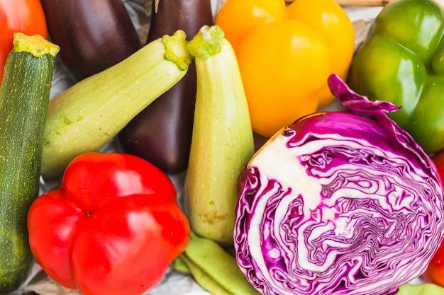 Vue grand angle de divers légumes sains
