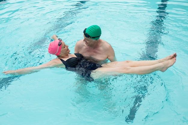 Vue grand angle du couple aimant profiter de la piscine