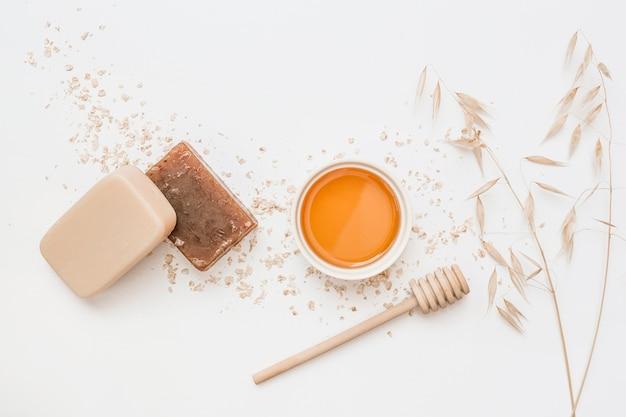 Vue grand angle du savon; mon chéri; louche de miel et silence sur fond blanc