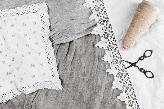 Vue grand angle du textile en dentelle et de la bobine; ciseaux