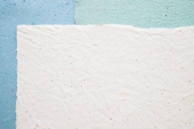 Vue grand angle de fond de papiers colorés
