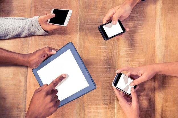 Vue grand angle de gens d'affaires utilisant les technologies au bureau dans le bureau