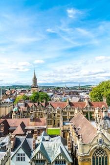 Vue grand angle de high street d'oxford city, royaume-uni.