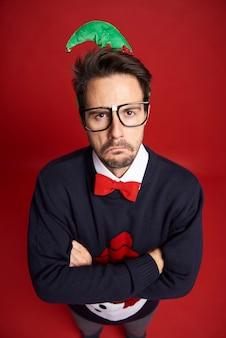 Vue grand angle de l'homme triste nerd avec des lunettes