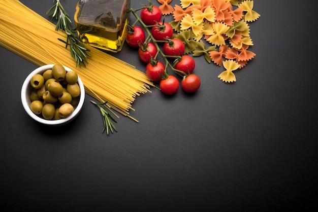 Vue grand angle d'ingrédients frais et de pâtes italiennes crues