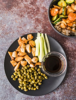 Vue grand angle de légumes avec de la farine de poisson