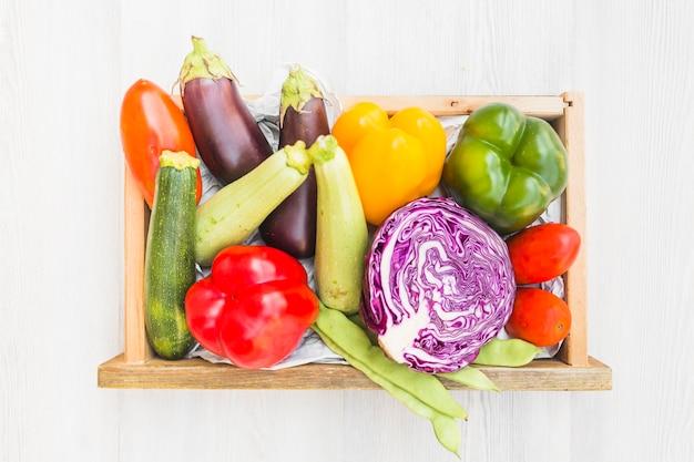 Vue grand angle de légumes frais dans un récipient en bois