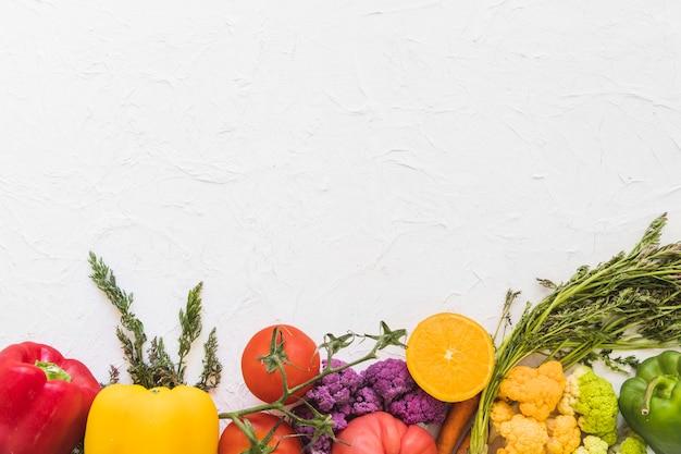 Vue grand angle de légumes frais sur fond blanc